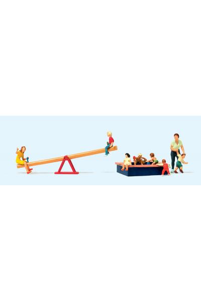 Preiser 10587 Дети играют на качелях и в песочнице 1/87